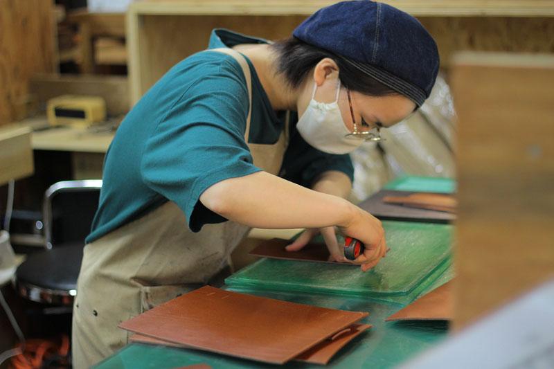鞄製作中の崎田