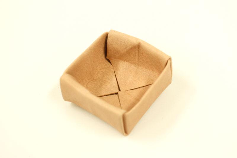 作り手鈴木の革折り紙