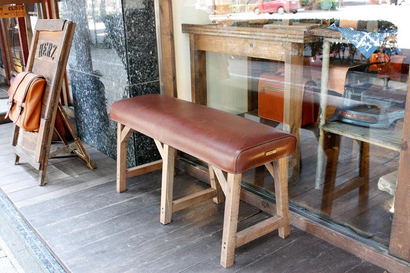 店長清水お手製の革のベンチ