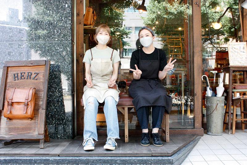 革のベンチに座る仙台店スタッフ