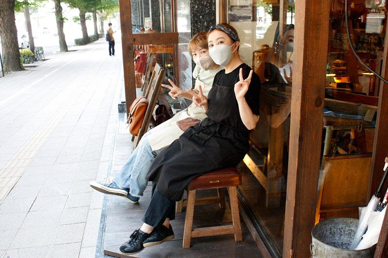 革のベンチに座る仙台店スタッフ2