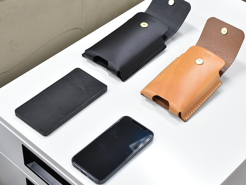 マルチスマホケース(KM-1)とスマートフォンを並べた様子