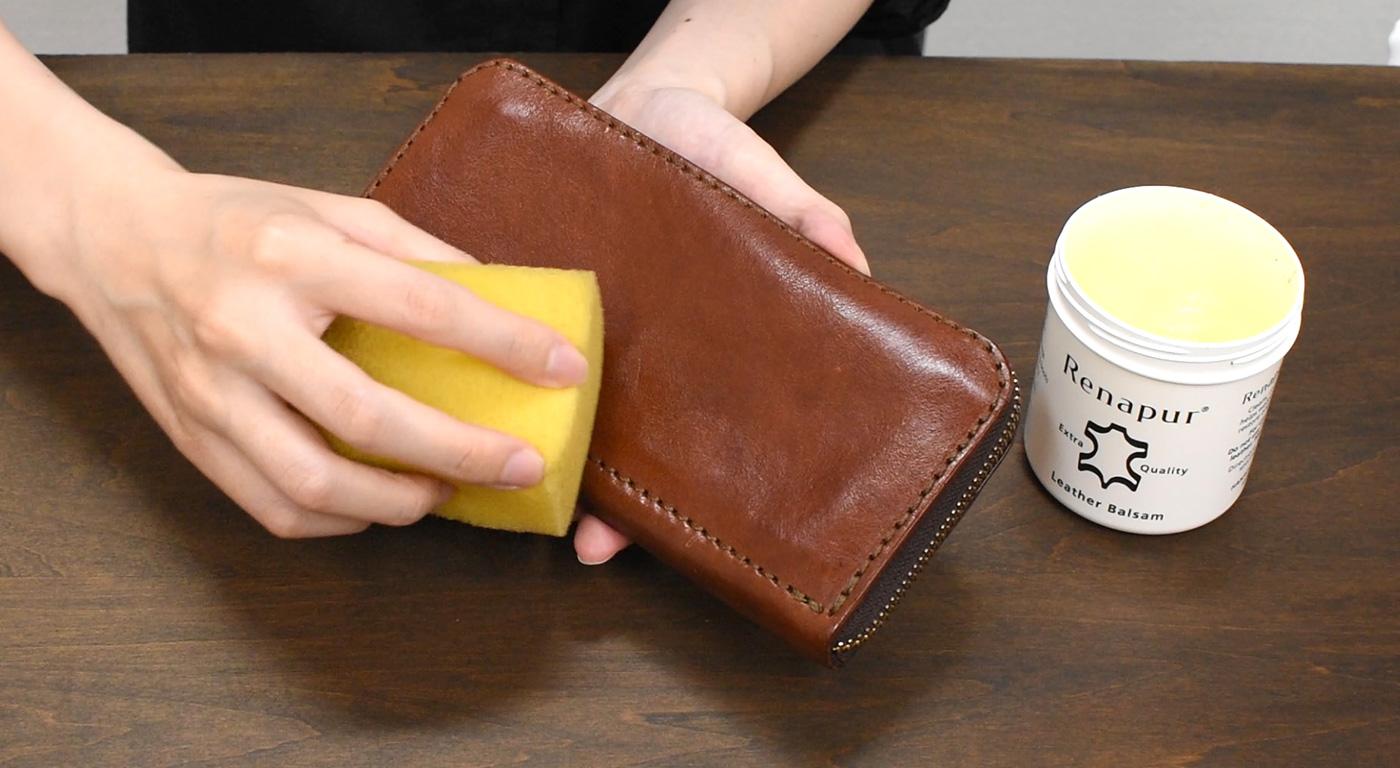 革財布に保革用オイル(ラナパー)を塗布する様子